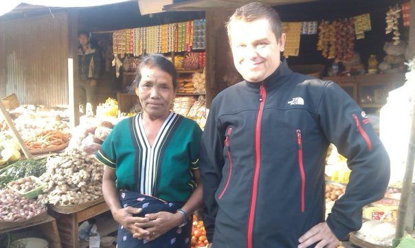 Pierwsza fotka z kobietą dumnie prezentującą tatuaż na twarzy. Bazar w Mindat. Fot. Życie w tropikach