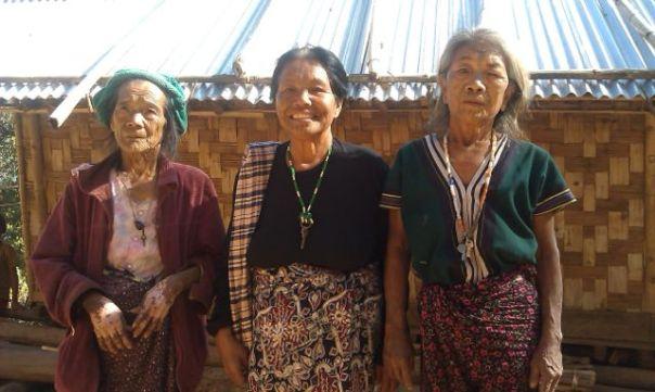 Wytatuowane kobiety w Mindat. Fot. Życie w tropikach